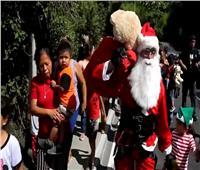 """رجل إطفاء في جواتيمالا يتنكر في زي """"سانتا كلوز"""" لنشر البسمة بين الأطفال"""