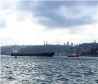 اصطدام سفينة بضائع بالشاطئ في اسطنبول وإغلاق مضيق البوسفور
