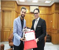 تونس تُكرم مهدي عياشي بعد فوزه بـ«ذا فويس»