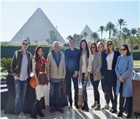 بالصور| خبير إكسسوارات عالمية يزور الأهرامات بصحبة زاهي حواس