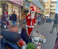 احتفالًا بالكريسماس.. «البلياتشو جو» يوزع هدايا على الأطفال بشوارع قنا