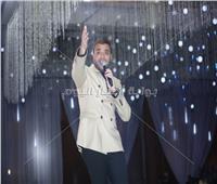 صور| رامي صبري يتألق بحفل رأس السنة.. ويلتقط الصور مع جمهوره