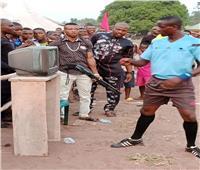 صور| دولة أفريقية تطبق الـ«فار» تحت تهديد السلاح