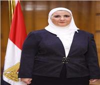 إنسانية وزيرة.. نيفين القباج تكسر الروتين الحكومي من أجل «عم خميس»