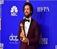 صور وفيديو| بسبب اسمه.. تفتيش جائزة رامي يوسف في المطار