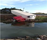 بسبب سوء الأحوال الجوية انقلاب سيارة نقل بمصرف في البحيرة