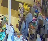 بدون تهديد أو أسلحة.. رجل يسرق صيدلية والسر في «الورقة»| فيديو