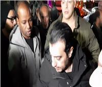 صور وفيديو  انهيار إيهاب توفيق في جنازة والده