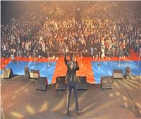 «تامر حسني» يُشعل حفله بـ«الكويت» على أنغام «حلو المكان»