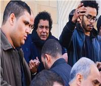 صور| بعد وفاة أعز صديق.. دموع منير تتصدر التريند