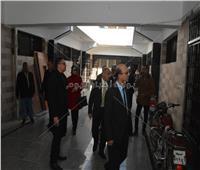 رئيس جامعة أسيوط يتابع أعمال تجهيز أول مركز للامتحانات الإلكترونية