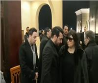 بالفيديو | فيفي عبده وداليا البحيري ومحمود حميدة في عزاء والد إيهاب توفيق