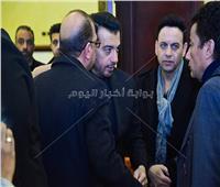 صور| شقيق الهضبة ومحاميه في عزاء والد إيهاب توفيق