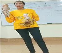 أستاذة كلية الطب تأثر قلوب طلابها.. ارتدت «تي شيرت» تخرجهم لتحتفل بهم