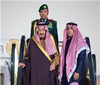 قادماً من سلطنة عمان.. خادم الحرمين الشريفين يصل الرياض