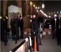 فيديو| وصول تامر حسني إلى عزاء مدير أعمال محمد منير
