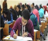 طلاب الصف الأول الثانوي يؤدون امتحان مادة اللغة الأجنبية الثانية