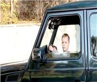 بالفيديو| طفل الـ6 سنوات يقود سيارة والده بسرعة جنونية