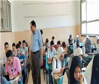 طلاب الصف الأول الثانوي يؤدون امتحان مادة الرياضيات بنظام التقييم الجديد
