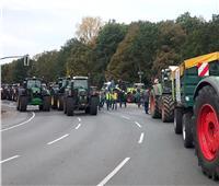 بالفيديو.. مظاهرات في برلين بالجرارات الزراعية تضامنا مع «البيئة»