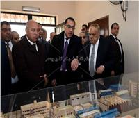 صور| رئيس الوزراء يكتب كلمة تذكارية خلال زيارته لمصنع «سيماف»