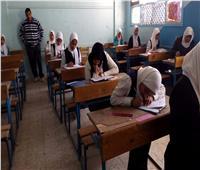 طالبة تصور الامتحان وآخرون يلقون بأثاث المدرسة في امتحانات الإعدادية بكفر الشيخ