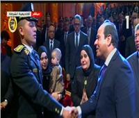 السيسي يصافح أسرة الشهيد العقيد وائل طاحون باحتفالات عيد الشرطة