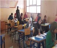طلاب الصف الأول الثانوي يؤدون امتحان مادة الكيمياء وفقًا لنظام التقييم الجديد