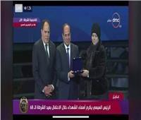 عمر ياسر عبد العظيم يحصل على نوط التميز من الرئيس وتتسلمه أسرته