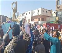 صور| أهالي نجع حمادي يحتفلون بعيد الشرطة