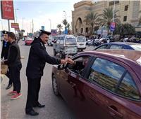 بالزهور والحلوى.. رجال الأمن والشعب يحتفلون بعيد الشرطة بميادين الجمهورية