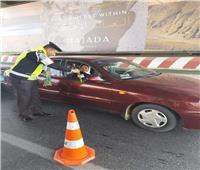 صور| الإدارة العامة للمرور توزع الورد على المواطنين بالطرق السريعة