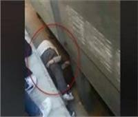 الوجه الآخر لـ«سوبر بابا».. تفاصيل صادمة في واقعة إنقاذ أب لابنته تحت القطار