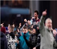 صور وفيديو.. جماهير أستون فيلا تحمل تريزيجيه على الأعناق بعد هدفه القاتل