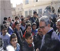 صور| تلاميذ مدارس المنيا يلتقطون الصور التذكارية مع العنانى اثناء زيارته لجبل طير