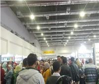 صور| إقبال جماهيري كبير في الجمعة الأخيرة لمعرض القاهرة للكتاب