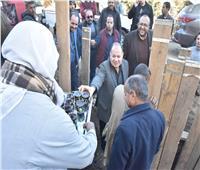 محافظ أسيوط «يشرب الشاي» مع عمال مشروع الصرف الصحي