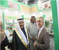 عضو مجلس الشوري السعودي يزور جناح المملكة في معرض الكتاب