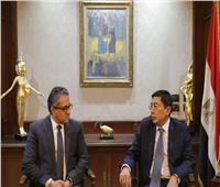 وزير السياحة والآثار يبحث تنشيط السياحة الوافدة إلى مصر من سنغافورة