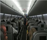 لإجبار طائرة على العودة للمطار.. راكب يدعي إصابته بـ«كورونا»