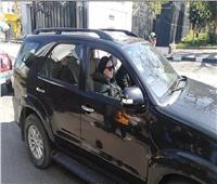 بالفيديو| جثمان نادية لطفي يخرج من مسجد مستشفى المعادي.. ودلال عبد العزيز أول الحضور