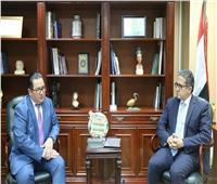 خالد العناني يبحث تعزيز التعاون السياحي مع سفير كازاخستان