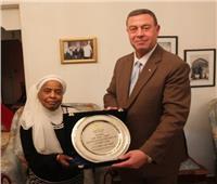 سفير فلسطين بالقاهرة يكرم الأسيرة المحررة فاطمة برناوي