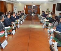 وزير التنمية المحلية يعقد اجتماعا مع الجمعيات الأهلية لتنفيذ «مبادرة حياة كريمة»
