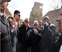 محافظ القليوبية يشارك في عملية إزالة أدوار مخالفة بأحد العقارات في بنها