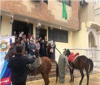 احتفالًا بالعيد القومى.. «بيطرى الدقهلية» يحتفل بالمزماروالخيل العربى أمام مبنى المديرية