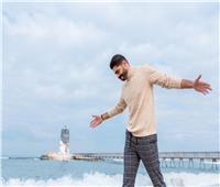 خالد سليم يتحدى الطقس على شاطئ الإسكندرية