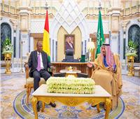 خادم الحرمين يبحث مع رئيس غينيًا لتعزيز التعاون بين البلدين