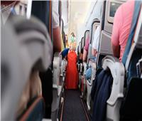 فتاة تثير الذعر على متن طائرة.. تعرف على التفاصيل