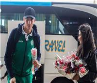 استقبال بعثة الرجاء المغربي بالورود في مطار القاهرة